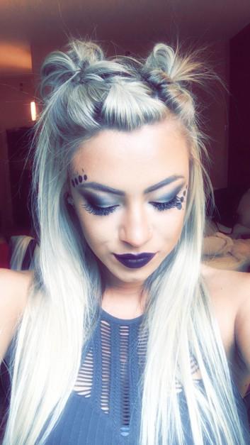 capelli-blu-blu-trucco-labbra